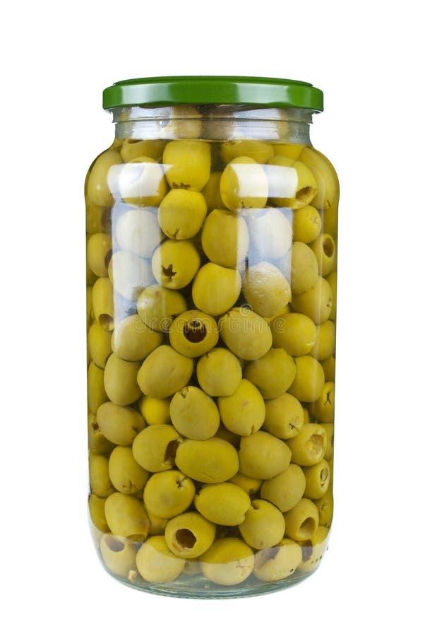 Vaso di vetro con le olive verdi snocciolate immagini stock libere da diritti