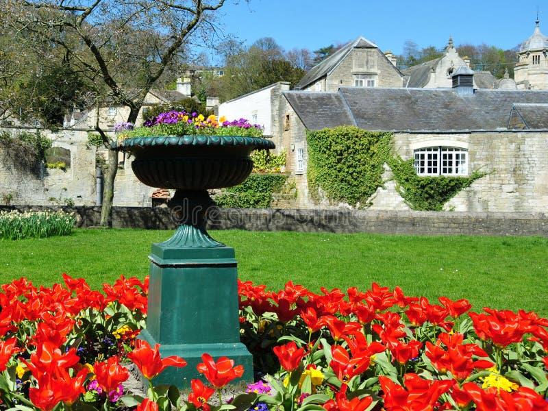 Vaso e Flowerbed do jardim foto de stock