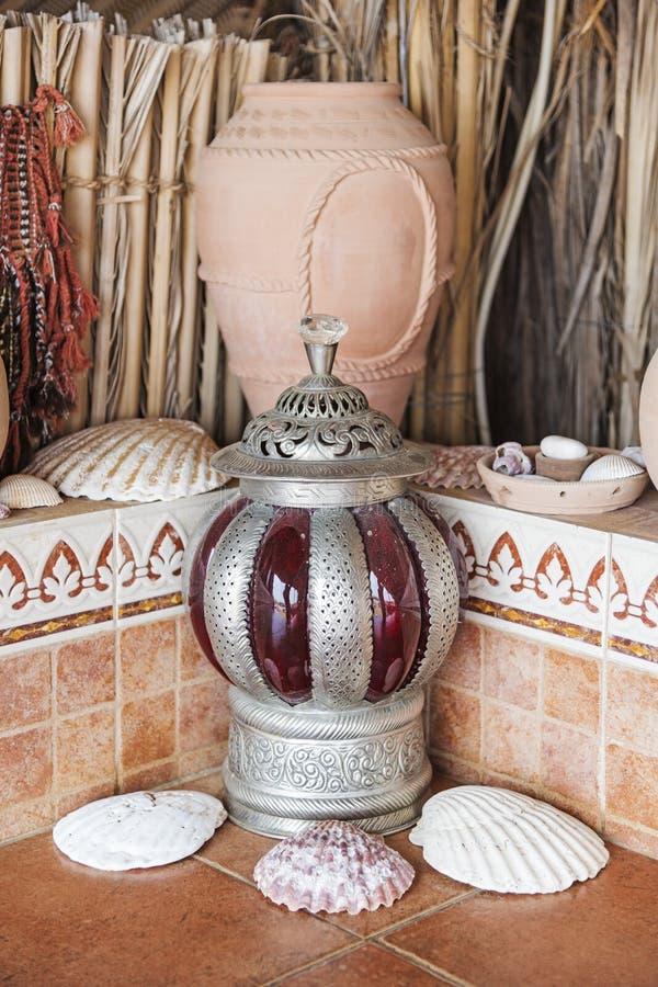 Vaso e lanterna di argilla fotografia stock libera da diritti