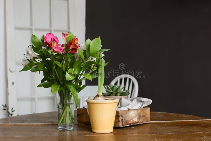 Vaso e vaso dei fiori sulla tavola fotografia stock libera da diritti