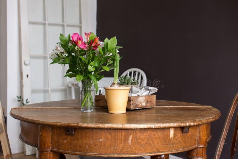Vaso e vaso dei fiori sulla tavola immagini stock libere da diritti