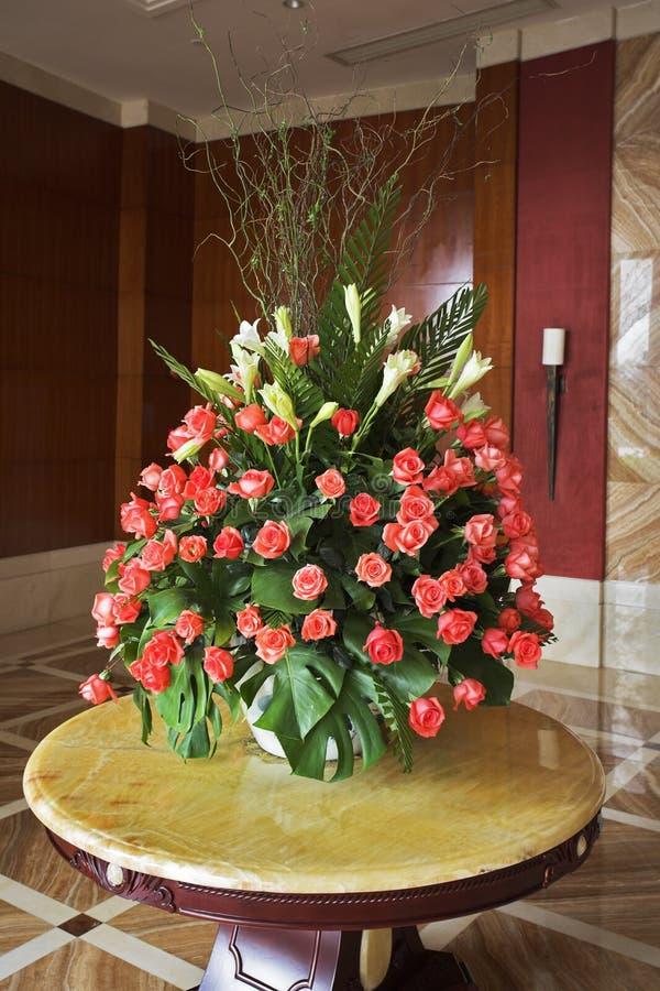 Vaso elegante com flores imagens de stock royalty free