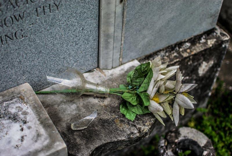 Vaso quebrado cemitério de Nova Orleães Lafayette imagem de stock royalty free