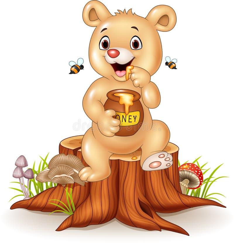 Vaso sveglio del miele della tenuta dell'orso del bambino sul ceppo di albero royalty illustrazione gratis