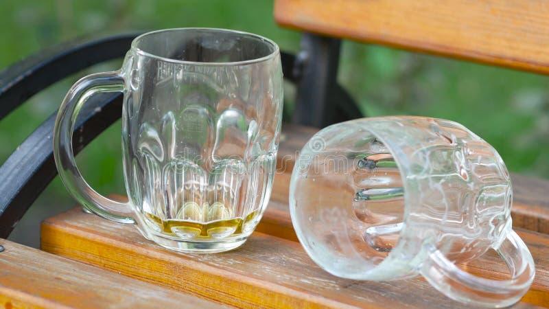 Vasos de cerveza vacíos después del concepto del lío del partido imagen de archivo libre de regalías