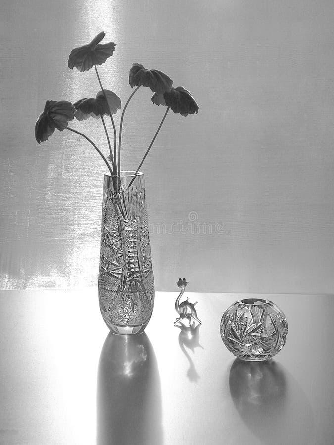 Vasos de cristal e figura de vidro de um dragão fotografia de stock