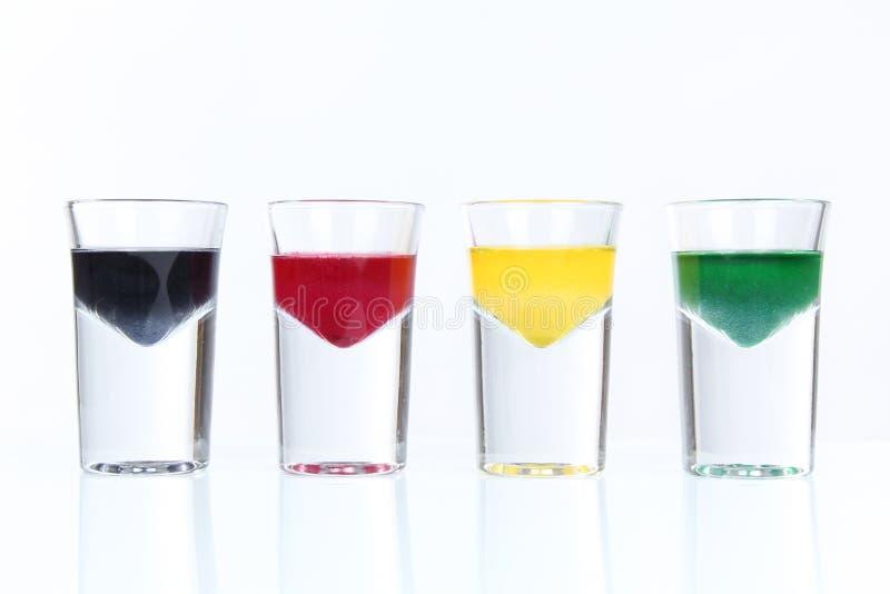 Vasos de medida con el líquido colorido imagenes de archivo