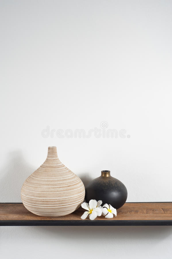 Vasos decorados com flor do Frangipani fotografia de stock royalty free