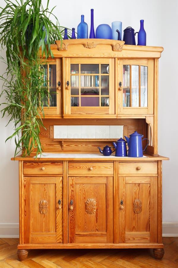 Vasos do armário da cozinha do pinho do vintage fotografia de stock