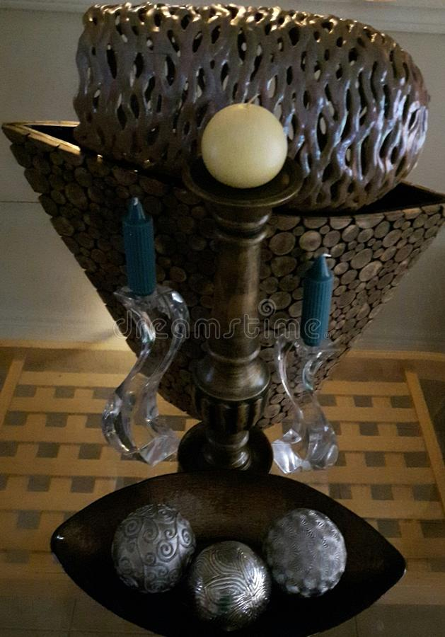 Vasos e velas em uma exposição da peça central fotografia de stock