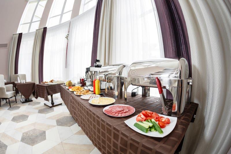 Vassoi riscaldati buffet pronti per servizio Prima colazione nello smorgasbord dell'hotel fotografia stock libera da diritti