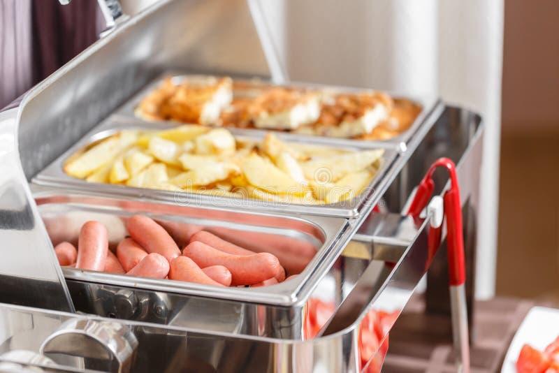 Vassoi riscaldati buffet pronti per servizio Prima colazione nello smorgasbord dell'hotel fotografia stock