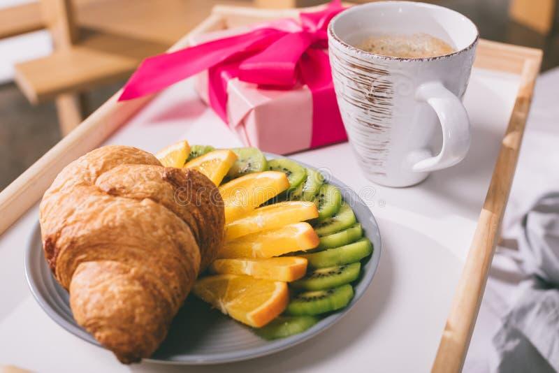 vassoio con il croissant e la scatola attuale e di frutti immagini stock libere da diritti