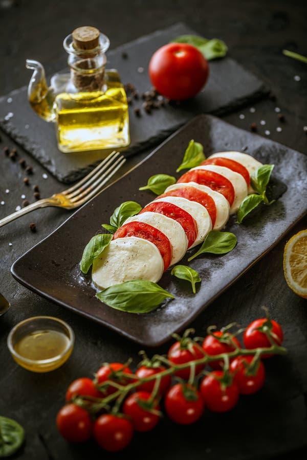Vassoio con il formaggio ed i pomodori della mozzarella fotografia stock libera da diritti