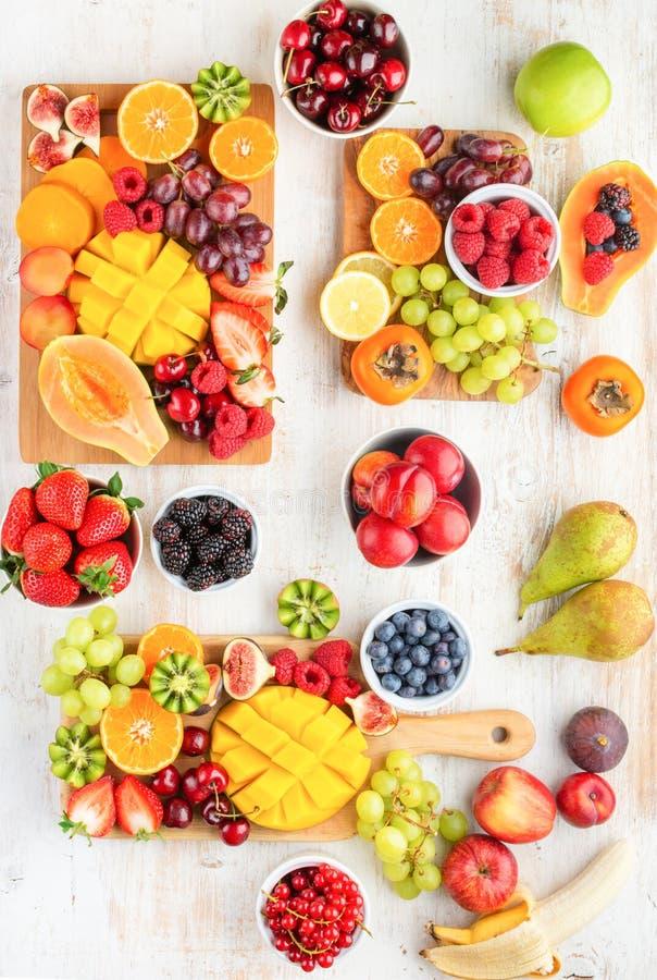 Vassoio crudo delle bacche di frutti fotografia stock