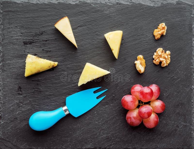 Vassoio del formaggio con l'uva e la noce fotografia stock libera da diritti