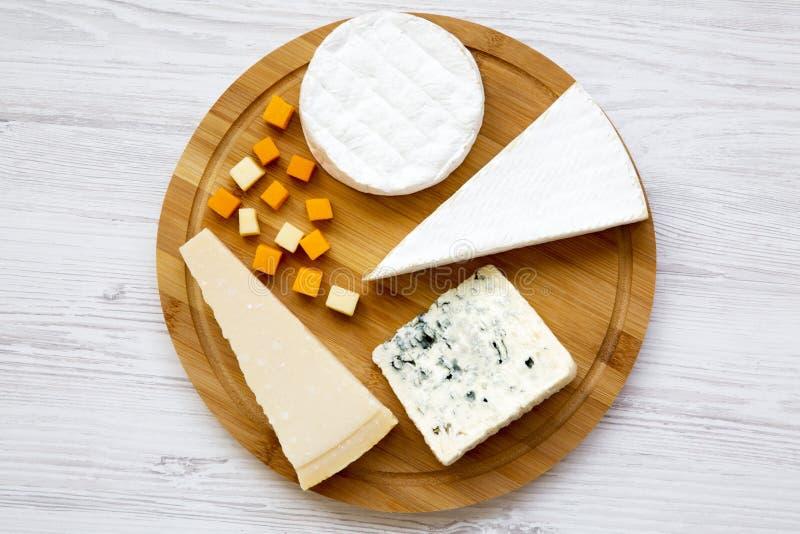 Vassoio del formaggio su un fondo di legno bianco Alimento per vino, vista superiore fotografia stock