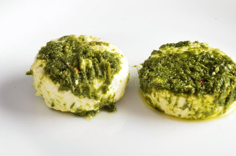 Vassoio del formaggio, varietà di formaggi di Piemonte Italia, salsa verde fotografia stock libera da diritti