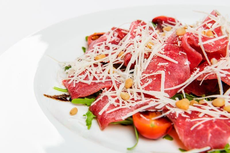 Vassoio della carne con formaggio, mais, i pomodori e la rucola sul piatto fotografie stock