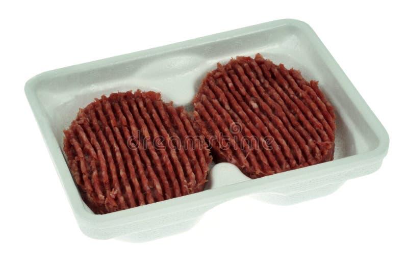 Vassoio della schiuma di stirolo di bistecche tagliate su un fondo bianco immagine stock libera da diritti