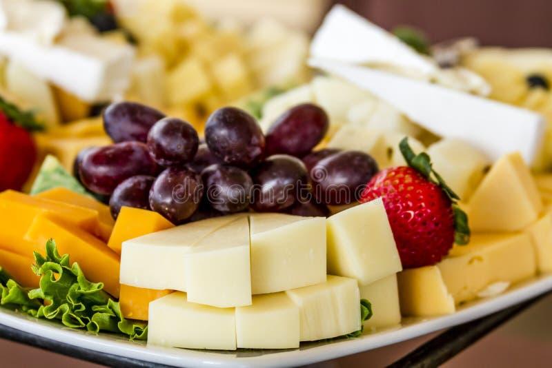 Vassoio di formaggio e della frutta su esposizione immagine stock