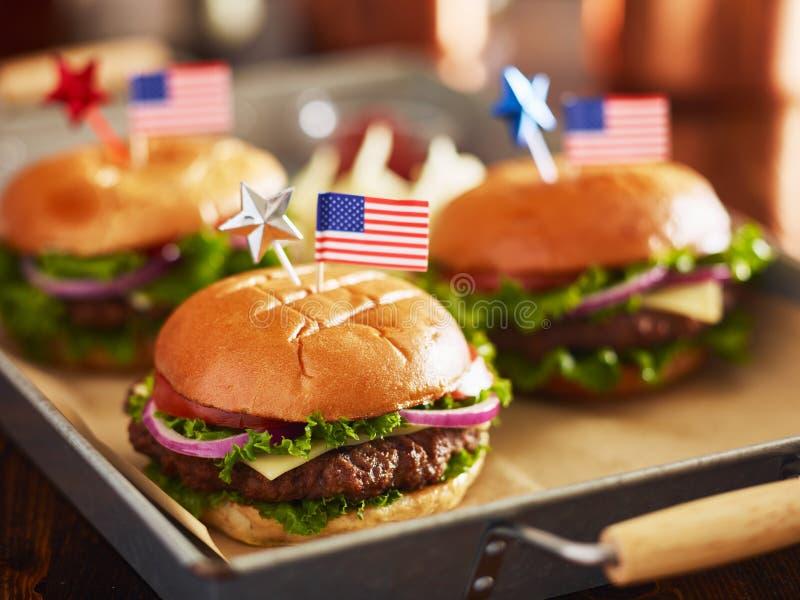 Vassoio di hamburger con i quarti del tema di luglio fotografia stock