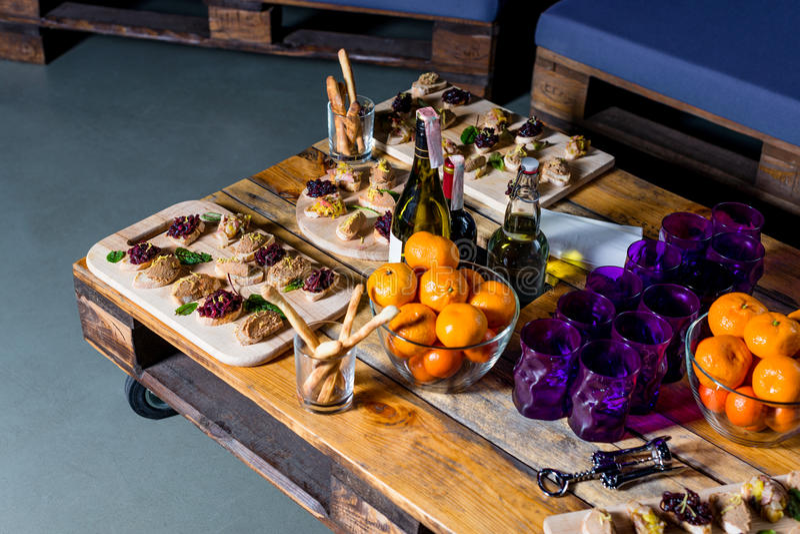 Vassoio di legno di aperitivi sul tavolino da salotto del pallet fotografia stock