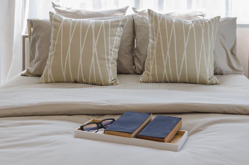 Download Vassoio Di Libro Con Vetro Sul Letto In Camera Da Letto Di Lusso Fotografia Stock - Immagine di domestico, base: 55363416