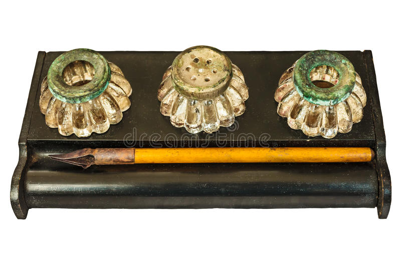 Vassoio di penna d'annata con le bottiglie a penna ed inchiostro della fontana isolate su w fotografia stock libera da diritti