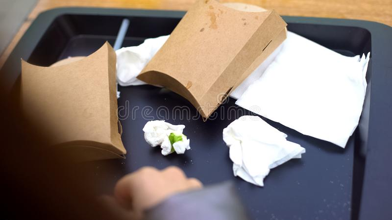 Vassoio di plastica con i contenitori sgualciti di cartone del tessuto, fast food, riciclante fotografia stock