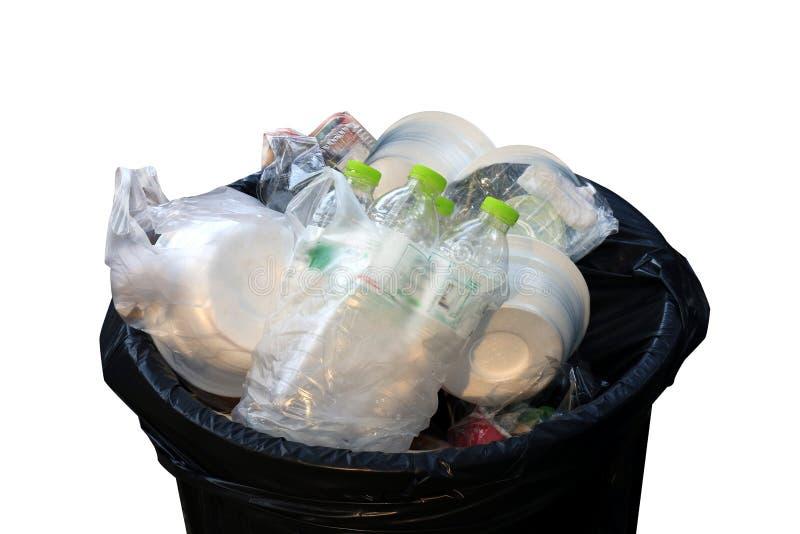 Vassoio di plastica del recipiente, del ciarpame, della borsa di rifiuti, delle bottiglie dei rifiuti e della schiuma in primo pi fotografie stock libere da diritti