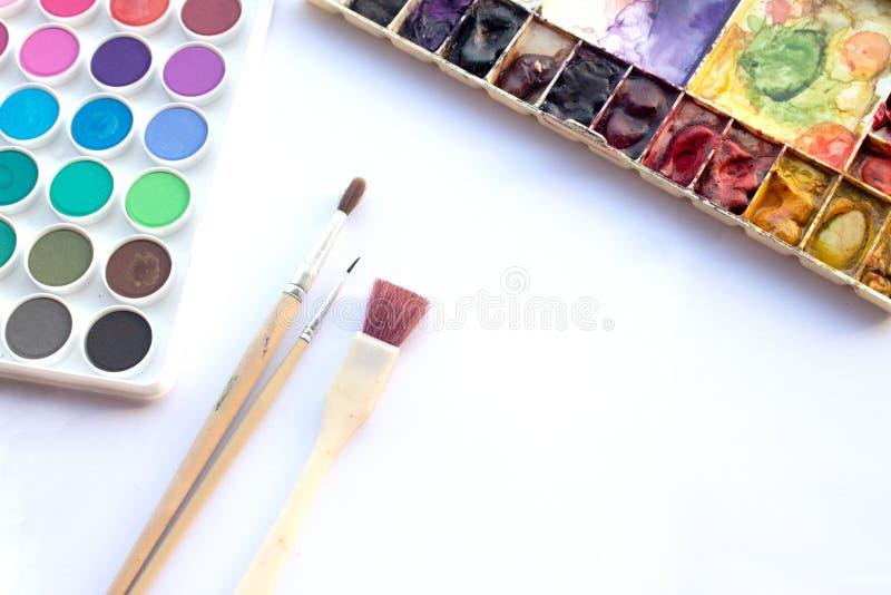 Vassoio e spazzola dell'acquerello immagine stock libera da diritti
