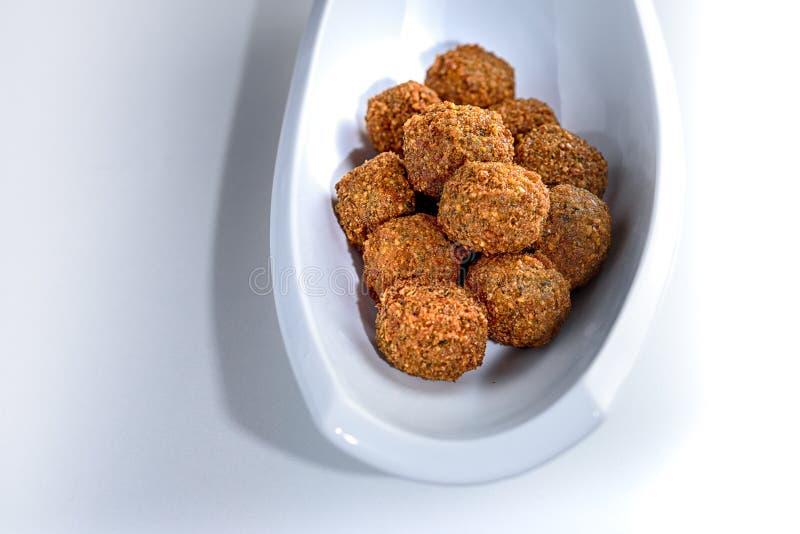 Vassoio fantastico ed irresistibile delle palle appena-fritte del falafel immagini stock libere da diritti