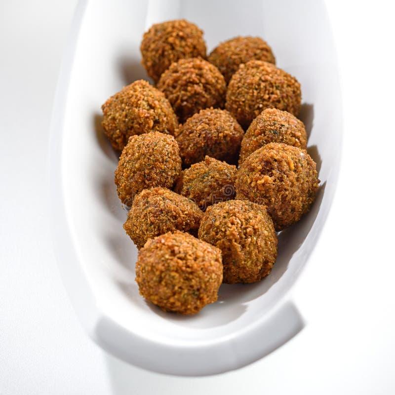 Vassoio fantastico ed irresistibile delle palle appena-fritte del falafel fotografia stock libera da diritti