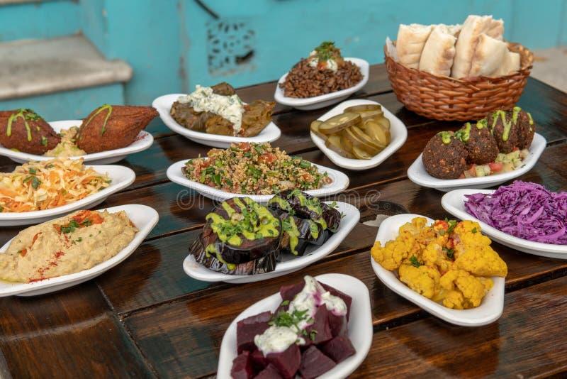 Vassoio Mediterraneo di Meze al ristorante israeliano fotografie stock libere da diritti