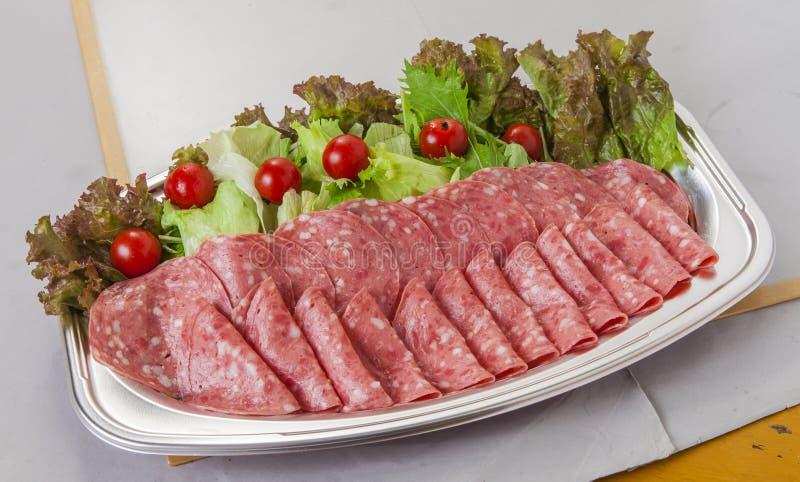 Vassoio molle del salame del bacon del prosciutto con i pomodori e la lattuga nella LU immagine stock