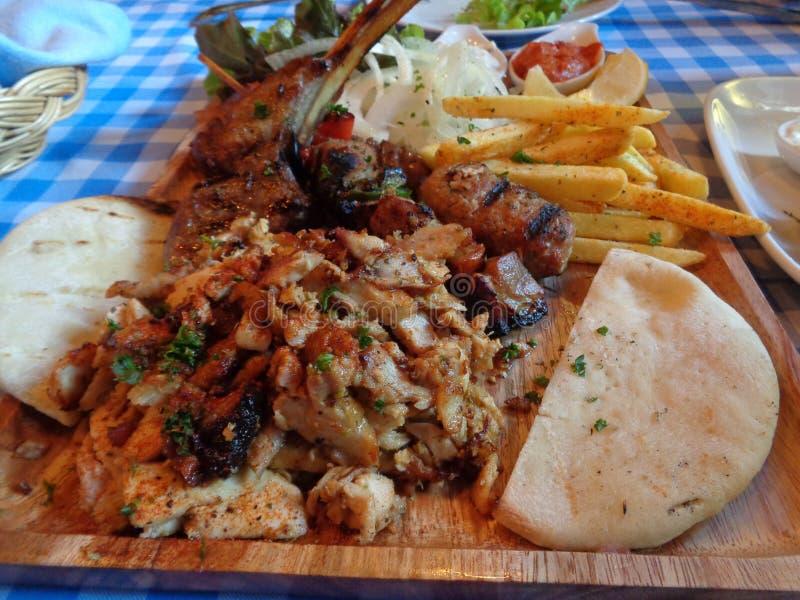 Vassoio, Pita Bread greca e francese di Souvlaki di stile fritti fotografia stock libera da diritti