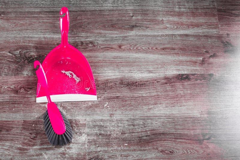 Download Vassoura E Pá-de-lixo Pequenos Do Batedor De Ovos No Assoalho De Madeira Imagem de Stock - Imagem de colher, assoalho: 65576929