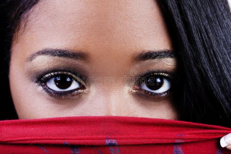 Vast Geschoten van Aantrekkelijke Afrikaanse Amerikaanse Vrouwenogen over Rode Sh stock afbeelding