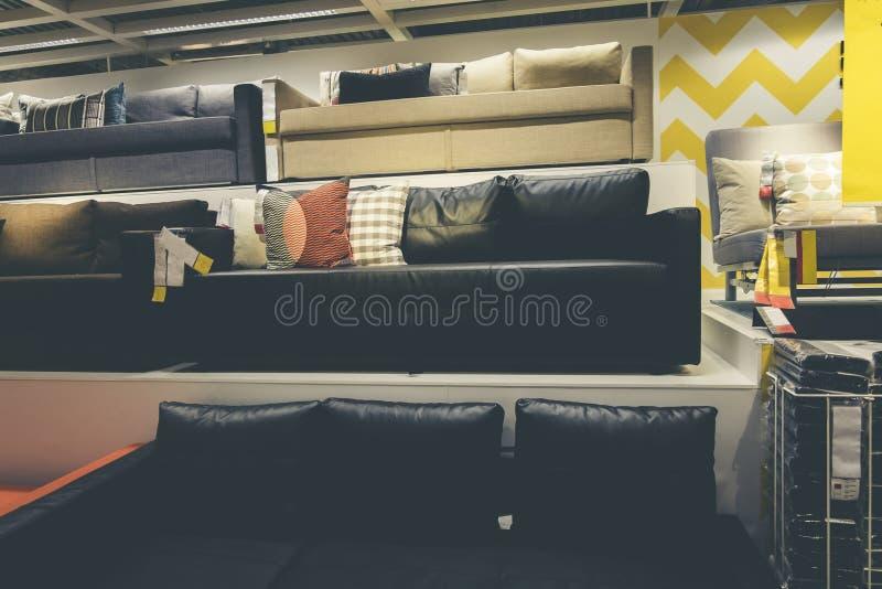Vasta gama de exposição dos sofás em IKEA Malásia Ikea foi fundado dentro fotografia de stock
