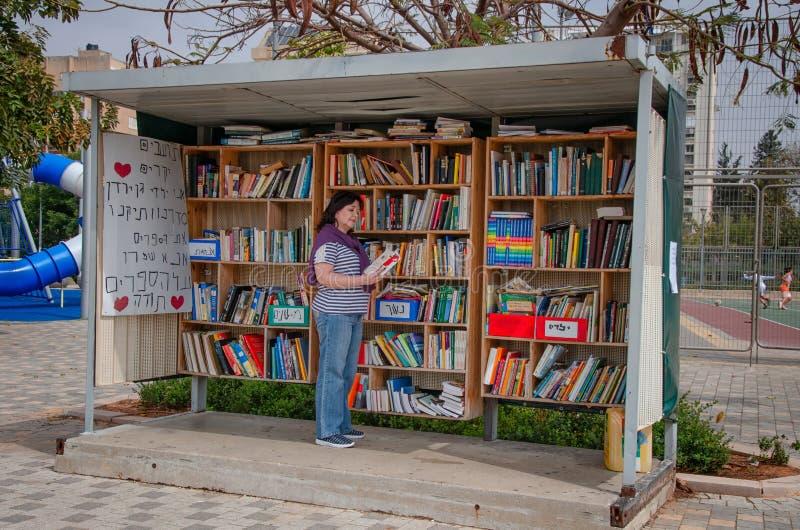 Vasta gama de livros na biblioteca da rua em Ness Ziona fotografia de stock royalty free