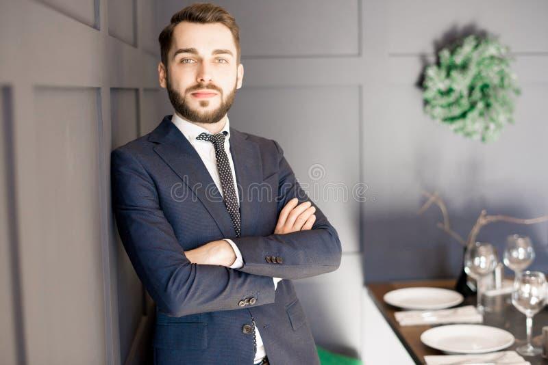 Vastberaden knappe zakenman in kostuum stock fotografie