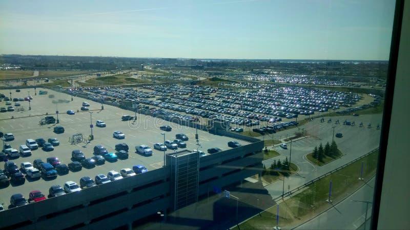 Vaste stationnement de voiture d'aéroport de Montréal images libres de droits