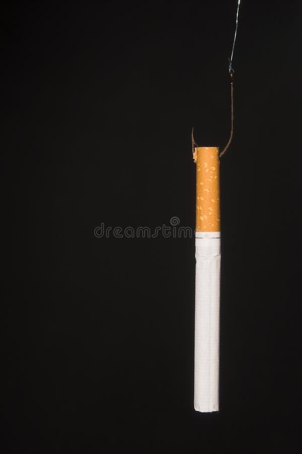 Vastgehaakt op sigaretten stock afbeeldingen