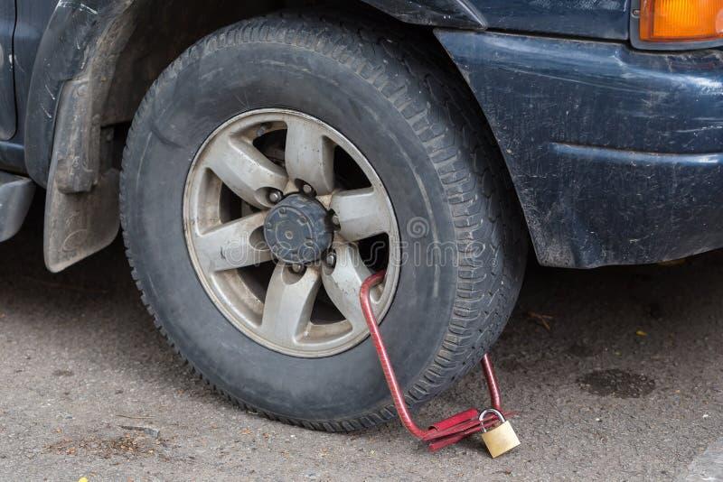 Vastgeklemd voorwiel van illegaal geparkeerde auto stock afbeelding