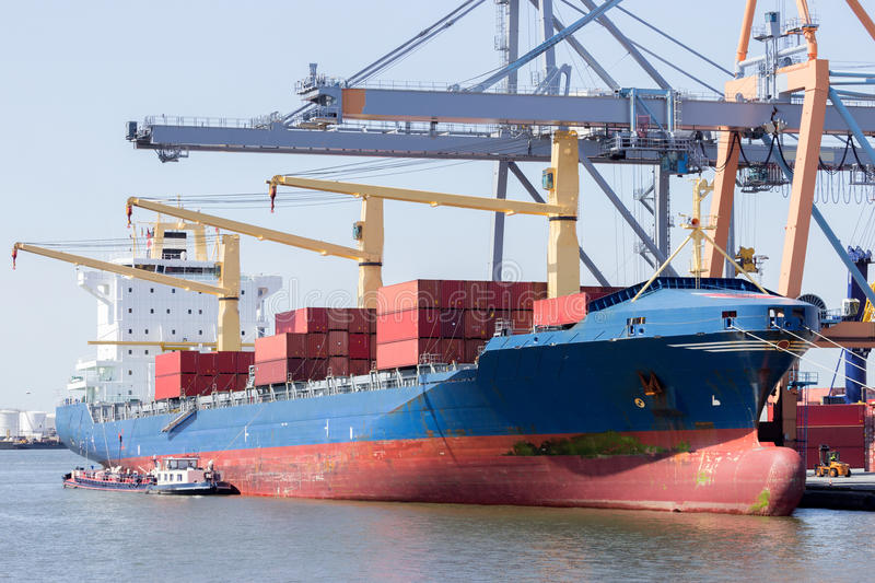 Vastgelegd containerschip stock foto