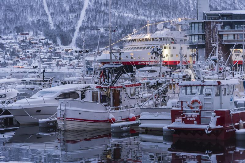 Vastgelegd en oversnowed de haven van botentroms㸠royalty-vrije stock fotografie