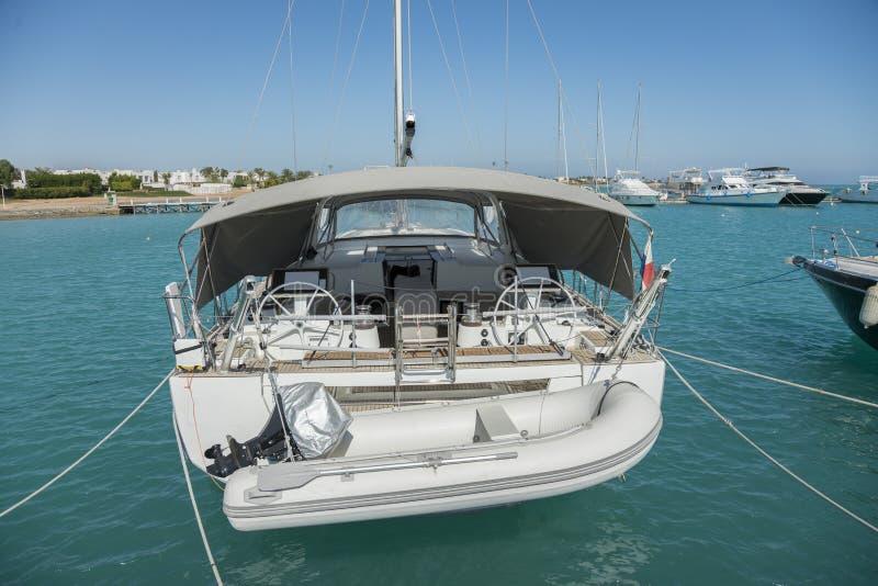 Vastgelegd jacht in haven Verscheidene motorboten legden bij het dok vast Yatchs in jachthaven royalty-vrije stock foto's