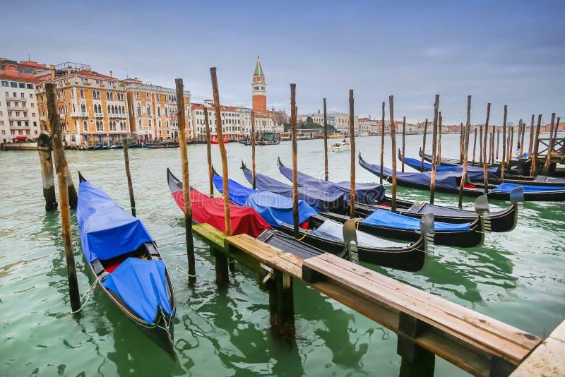 Vastgelegde gondels bij dok in Venetië royalty-vrije stock afbeelding