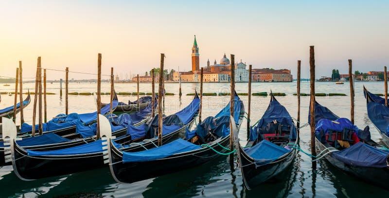 Vastgelegde Gondels bij Venetiaanse zonsopgang royalty-vrije stock foto's